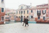 Paar, ein Spaziergang durch Kanal Ufergegend, Venedig, Italien — Stockfoto