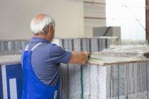 Trabalhador da fábrica em movimento e empilhamento de papelão — Fotografia de Stock
