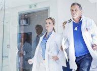 Группа врачей, спешащих по коридору к чрезвычайной ситуации — стоковое фото