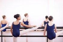 Teenager Ballerinas üben am barre — Stockfoto