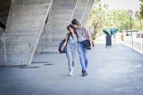 Junge Paare, die durch den Bau — Stockfoto