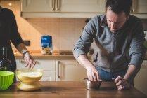 Paar bereitet Essen in Küche zu — Stockfoto