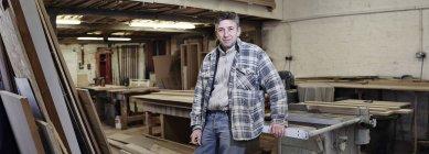 Retrato de fabricante de gabinete masculino na oficina industrial — Fotografia de Stock