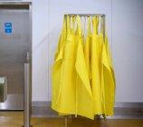 Фартухи рентгенозахисні жовтий, роз'єднання — стокове фото
