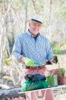 Hombre mayor jardinería al aire libre - foto de stock