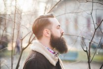 Giovane uomo barbuto nel parco — Foto stock