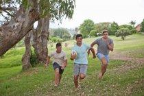 Мальчики играют в регби — стоковое фото