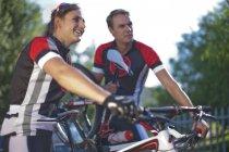 Велосипедистів, взявши перерву в парку — стокове фото