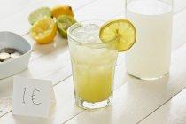 Стакан домашнего лимонада — стоковое фото