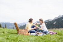 Pareja adulto medio picnic, Wallberg, Tegernsee, Baviera, Alemania - foto de stock