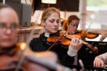 Скрипач практикуется с группой — стоковое фото