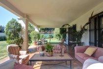 Jardim no terraço da villa de luxo com sofá e poltronas — Fotografia de Stock
