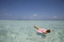 Середині дорослу жінку на гумові кільця в Індійському океані, Мальдіви — стокове фото