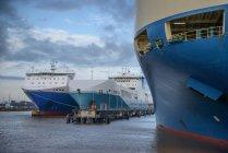 Kommerzielle Frachtschiffe im Hafen festgemacht — Stockfoto