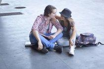 Giovane coppia seduta sul pavimento — Foto stock