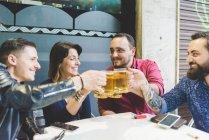 Gruppo di amici brindare al caffè all'aperto insieme — Foto stock