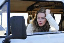 Donna seduta nel furgone — Foto stock