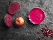 Zumo fresco de manzana y remolacha - foto de stock