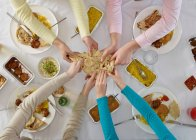 Vue aérienne de gens partageant à table — Photo de stock
