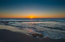 Vagues s'écrasant sur la plage de sable — Photo de stock