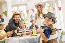 Портрет батьків і дітей на дитячій вечірці. — стокове фото