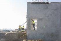 Gerentes de obra revisando puerta en obra - foto de stock