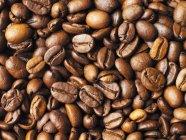 Gros coup de tas de grains de café — Photo de stock