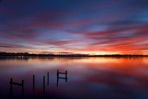 Озеро під драматичні небо — стокове фото
