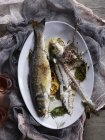 Draufsicht der Branzino gekochten Fisch und Knochen auf Platte — Stockfoto