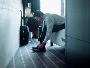 Homme d'affaires attachant ses chaussures — Photo de stock