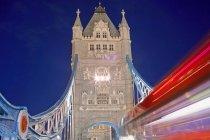 Башта, міст і двоповерховий автобус — стокове фото