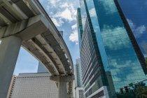 Gebäude und Bahngleise in der Innenstadt von Miami — Stockfoto