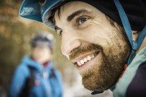Крупним планом портрет молодого чоловічого байкера гірських — стокове фото