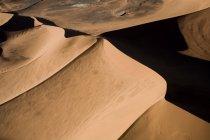 Dunes de sable dans le paysage désertique — Photo de stock