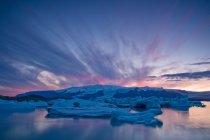 Icebergs flottant dans les eaux glaciaires — Photo de stock