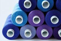 Primer plano de carretes de hilo azul y púrpura - foto de stock