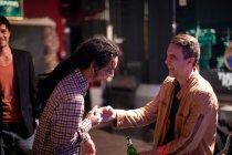 Sourire les hommes vœux en bar — Photo de stock