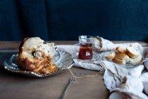 Plato de pollo con pan y vino - foto de stock