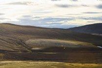 Підвищені вид на пагорби під хмарного неба — стокове фото