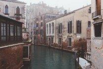 Вид на Туманний каналу і старих будівель, Венеція, Італія — стокове фото