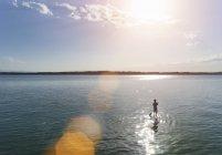 Garçon de patauger dans le lac de Starnberg, Bavière, Allemagne — Photo de stock