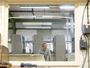 Инспекция рабочих принтеров на заводе — стоковое фото