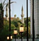 Minaretes de la mezquita Tekkiye, en contraste con el nuevo desarrollo urbano en Damasco, Siria - foto de stock