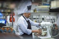 Chef mélange la nourriture dans la cuisine traditionnelle italienne restaurant — Photo de stock