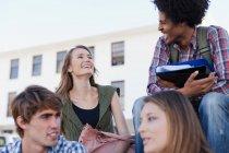 Studenti che parlano nel campus, concentratevi sul primo piano — Foto stock