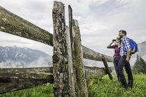 Пара наслаждается видом через бинокль, Тироль, Австрия — стоковое фото