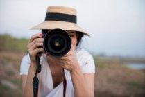 Fotografia di prendere cappello da portare della donna — Foto stock
