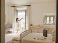 Frau bewundert Kleid im Fenster — Stockfoto