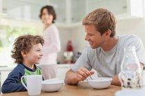 Семья, заказывающего завтрак на кухне — стоковое фото