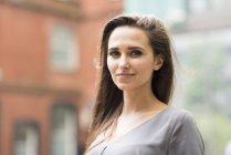 Ritratto di giovane donna d'affari su city street, Londra, Regno Unito — Foto stock